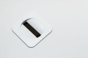 ケーブル用の穴